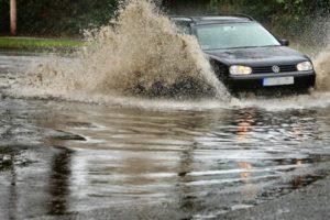 Mengemudi Mobil Saat Banjir