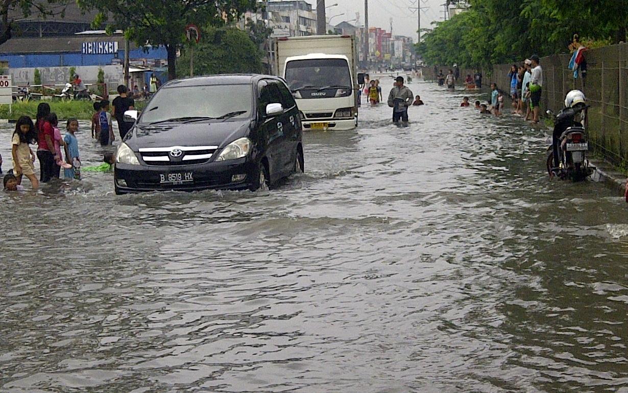 Mengemudi Mobil Saat Banjir Ini Dia Trik  Dan Caranya